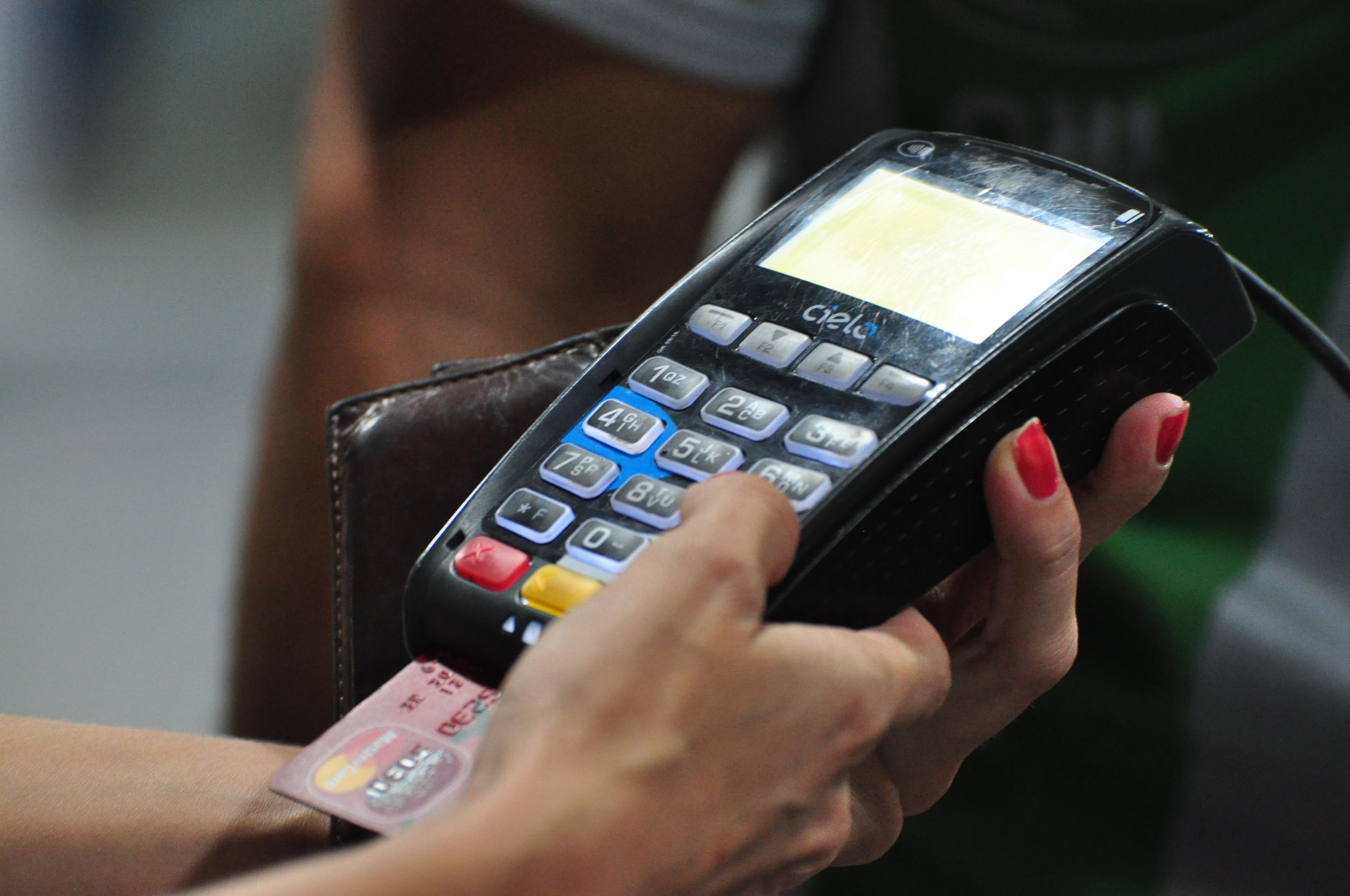 Protesto contra o Aumento de Combustível maquineta de cartão de credito 34