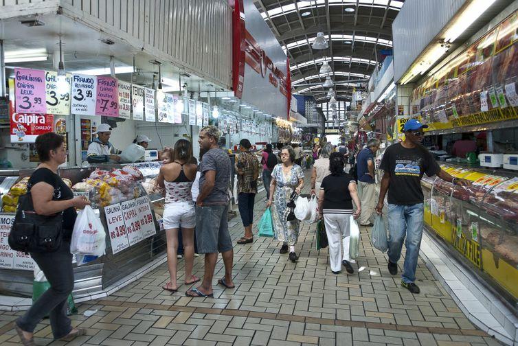 consumidores em supermercado