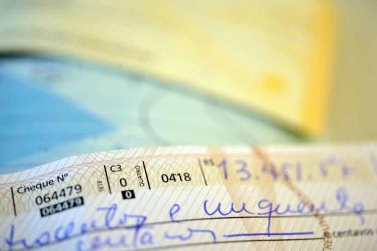 Pessoas de baixa renda são as que mais usam cheque especial, diz pesquisa