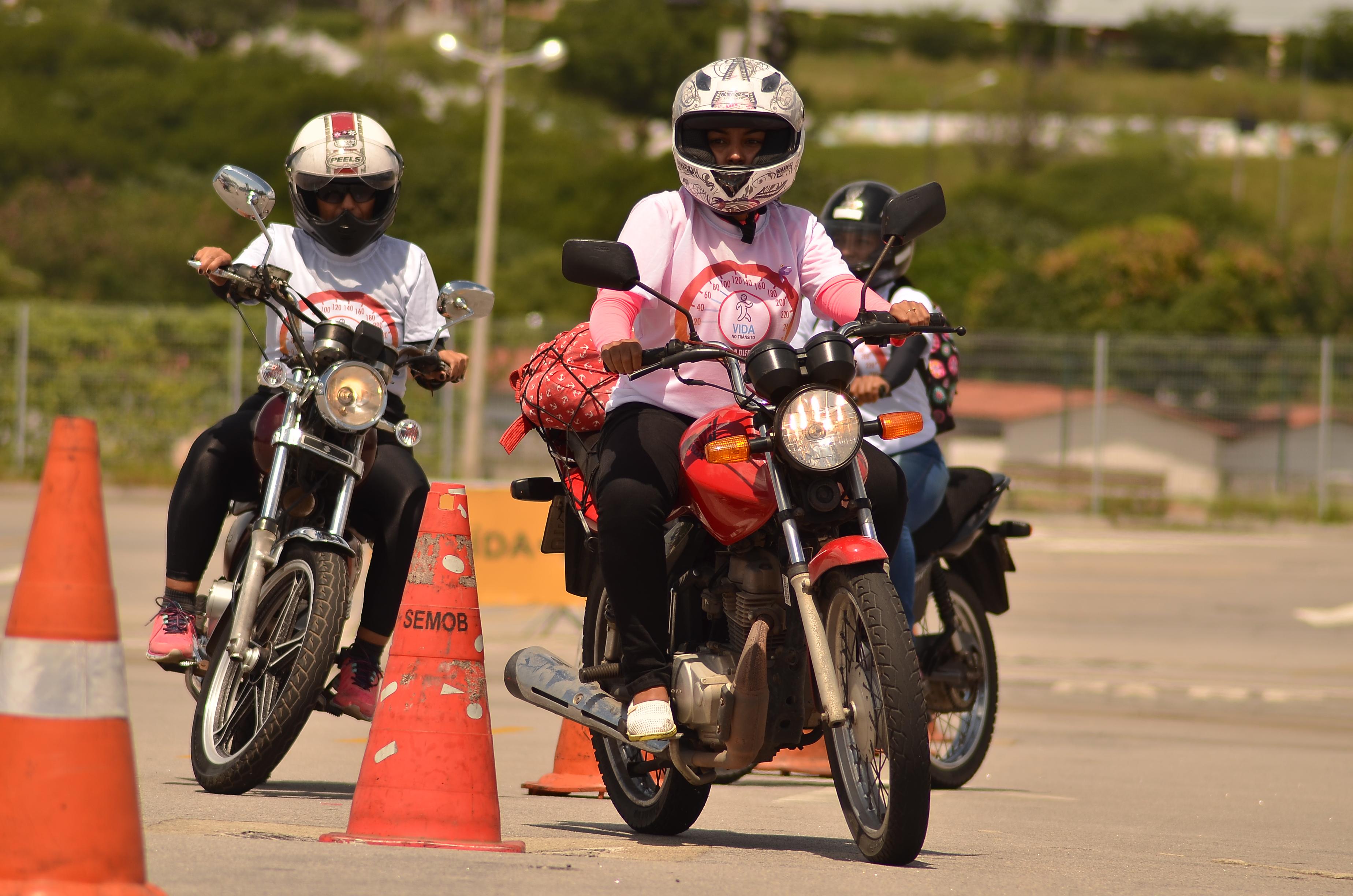 Mulher Pilotando Motos 23