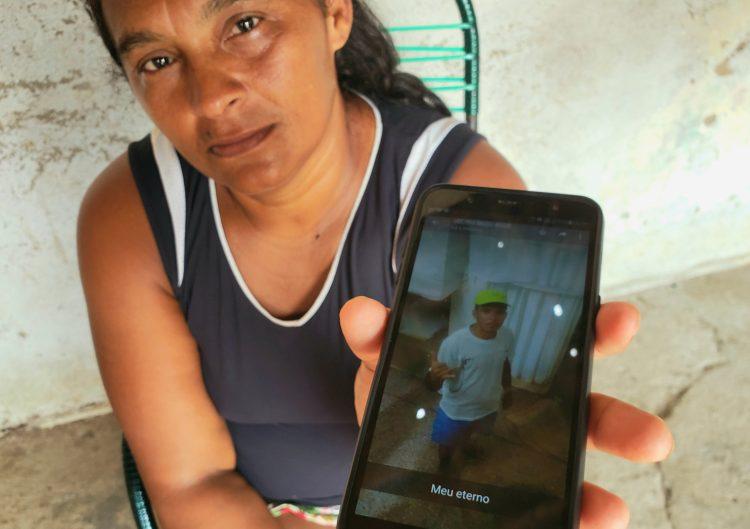 Cida guarda lembrança do filho. Foto: Bruno Vital/Agora RN
