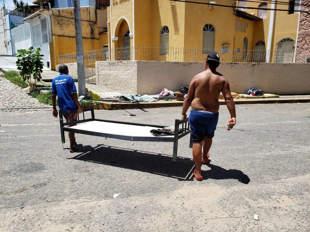Moradores retiram pertences. Foto: Bruno Vital/Agora RN