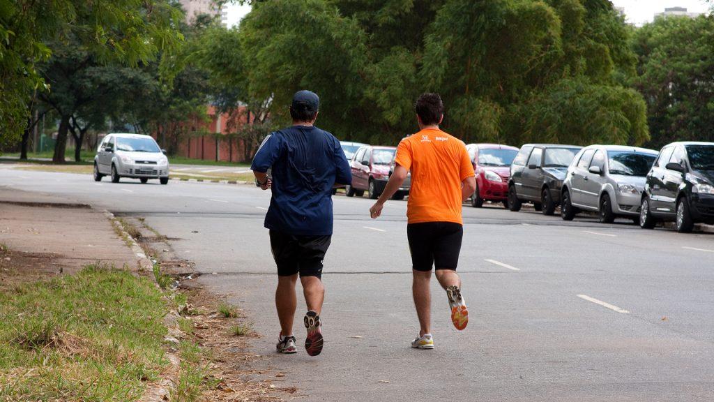 Caminhada pode ser alternativa para quem quer começar atividades físicas. Foto: Marcos Santos/USP Imagens