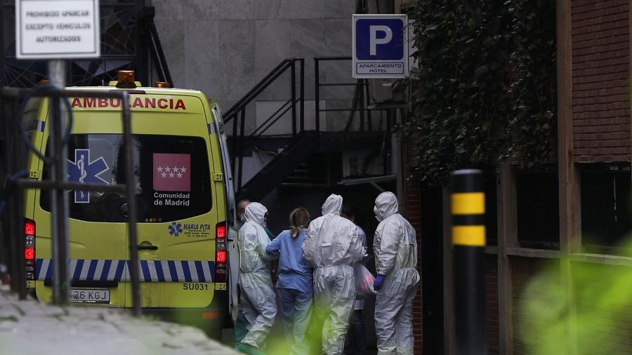 19mar2020 paciente chega de ambulancia a hotel que foi transformado em centro de tratamento de casos de coronavirus em madri na espanha