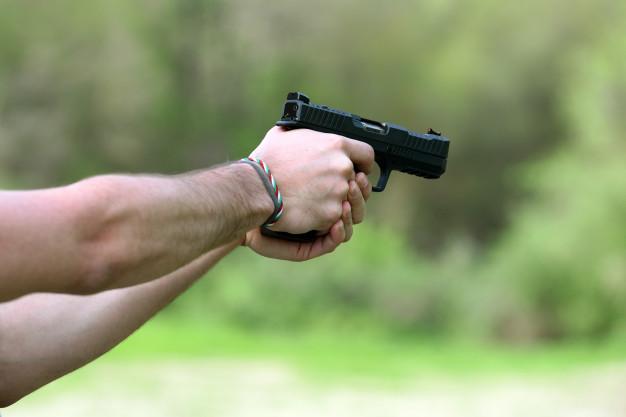 maos de homem atirando com revolver preto 126745 678