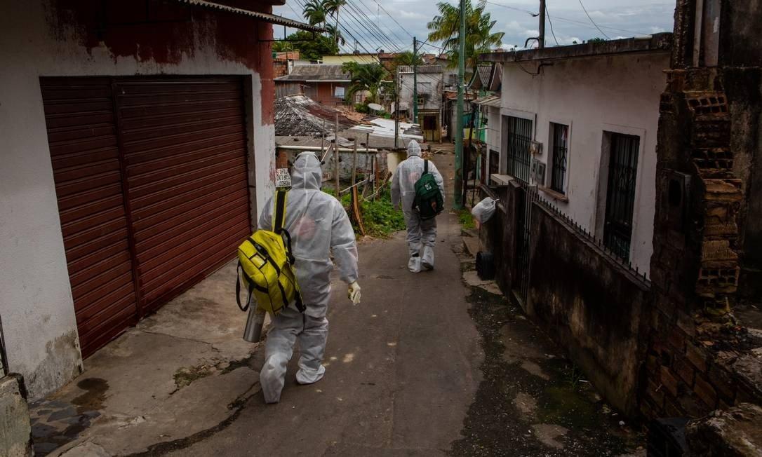 x88018376 Manaus Brazil30 04 2020Medico e enfermeira do Samu caminham por rua da periferia de M.jpg.pagespeed.ic .mFb6 AD47