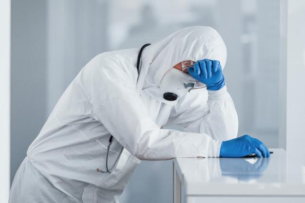 cansado medico cientista no jaleco oculos defensivos e mascara faz uma pausa 146671 10442