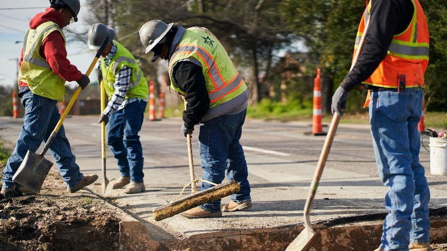 operarios da construcao civil trabalham em obra em dallas no texas eua