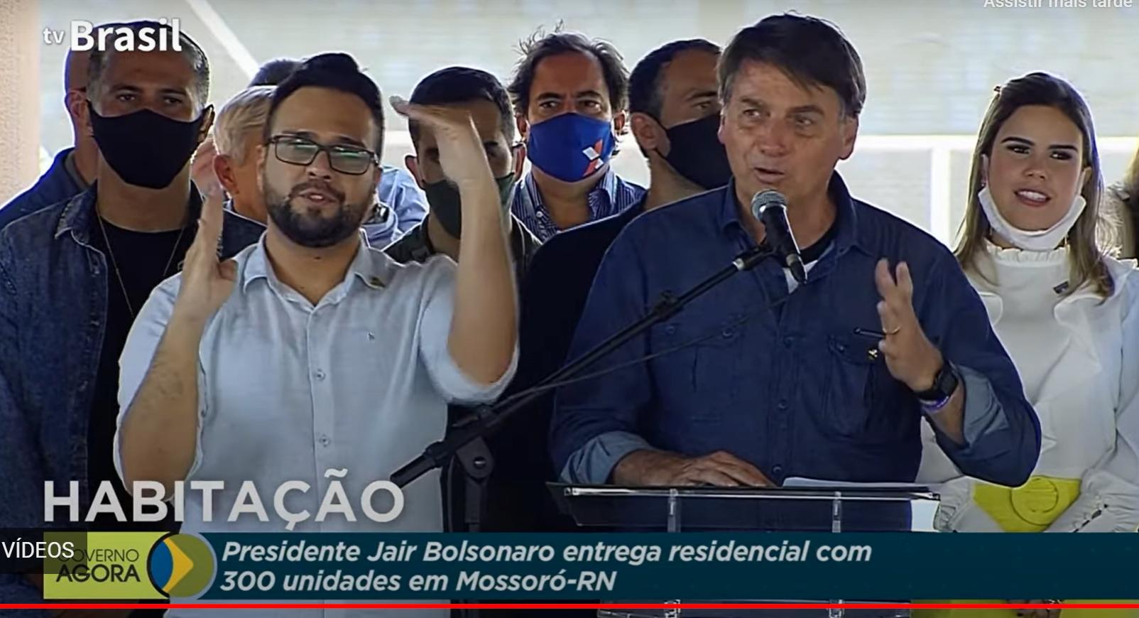 """Bolsonaro discursa ao entregar casas em Mossoró: """"RN acima de ..."""