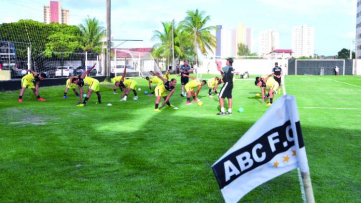 Cinco jogadores do abc testam positivo para covid-19