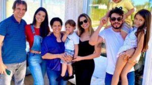 Andressa suita faz foto de família e irmão manda indireta a gusttavo lima