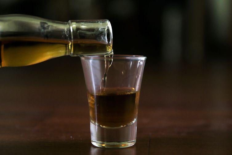 Impostos altos estimulam o crescimento do mercado ilegal de bebidas destiladas