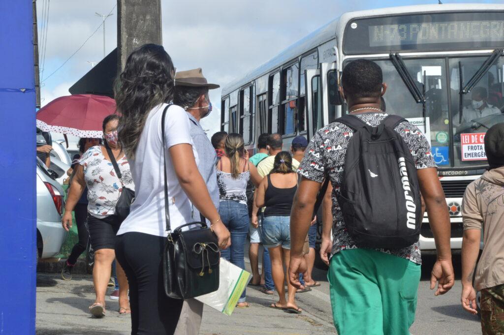 Em natal, greve começa com ônibus lotados, paradas cheias e engarrafamento