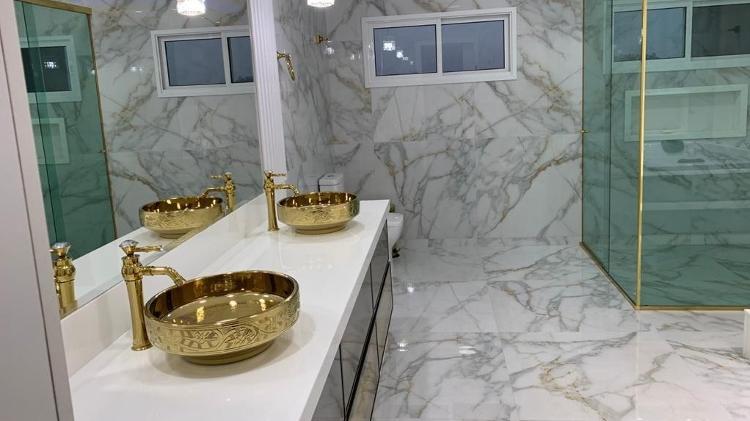 imovel de luxo sequestrado durante operacao boa vista da policia federal banheiro tem duas pias com torneiras banhadas a ouro
