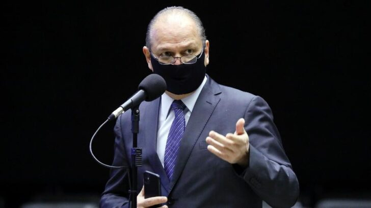 Líder do governo volta a defender nova constituição: 'mais fácil'