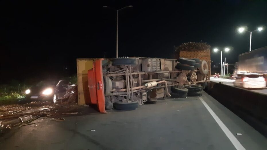 Motorista perde o controle de veículo e carreta tomba na br-304, em parnamirim