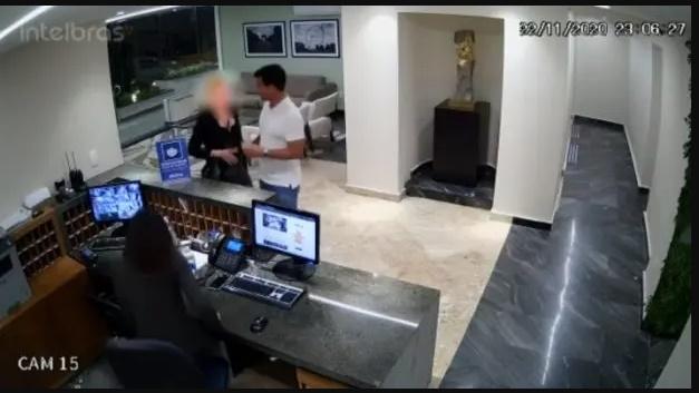 Câmeras de segurança registraram senador acusado de estupro chegando com modelo em flat de sp