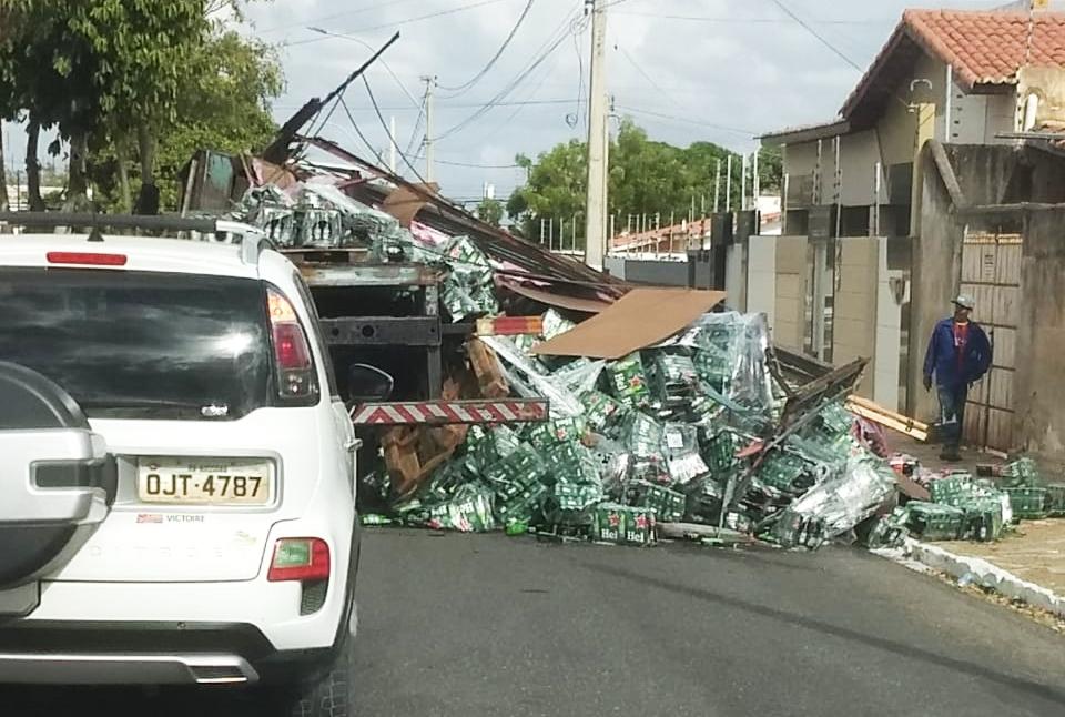 Carga de cerveja Heineken se desprende de caminhão e tomba em Mossoró