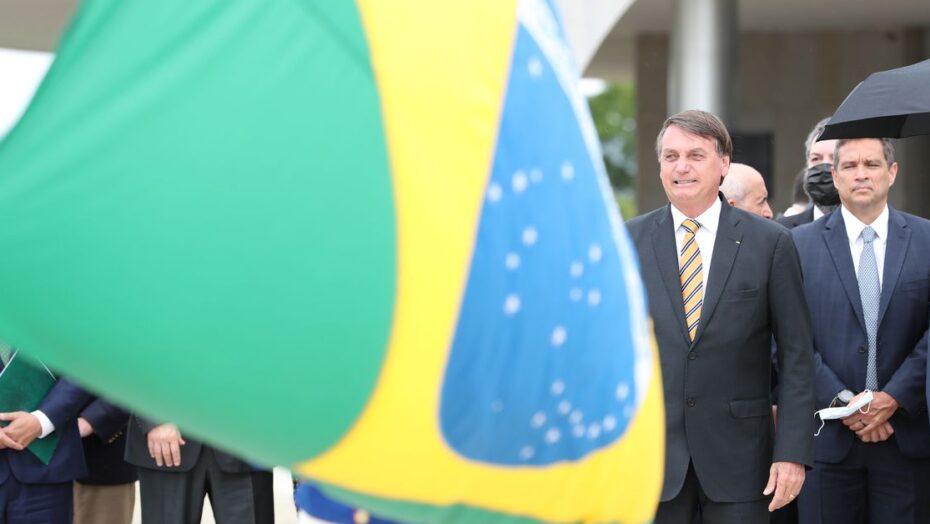 Bolsonaro participa de cerimônia do dia da bandeira