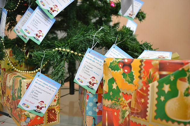 Árvore da alegria arrecada presentes de natal para as crianças do gacc-rn