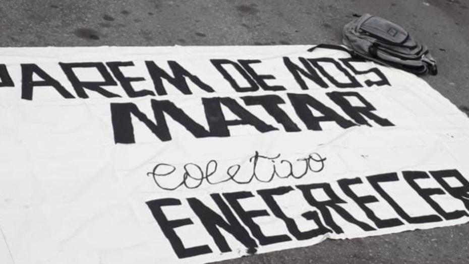 Manifestantes antirracismo fazem protesto no carrefour da zona sul de natal