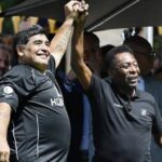 Pelé lamenta morte de maradona: 'espero que possamos jogar juntos no céu'