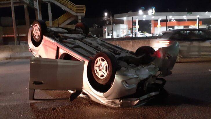 Veículo capota após colisão na avenida prudente de morais, na zona sul de natal