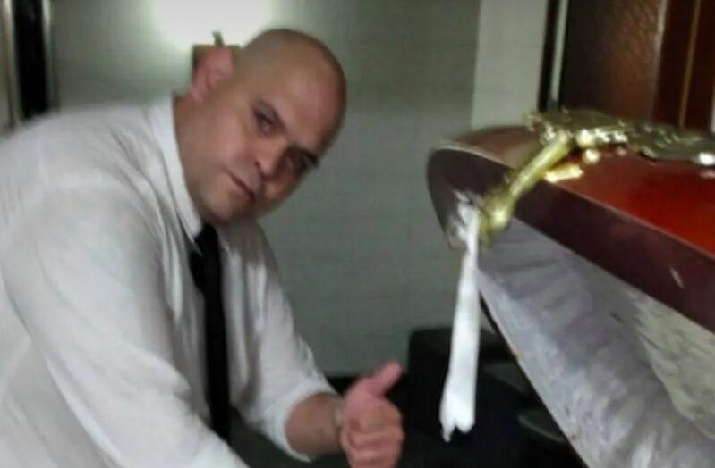 Agente funerário que tirou foto ao lado do corpo de maradona é demitido