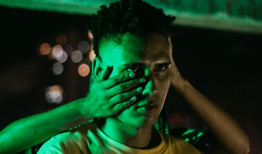 Artista natalense tkzin debate a ansiedade em novo clipe