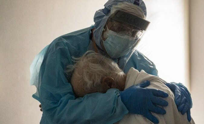 Médico conforta idoso com covid-19 no texas e foto viraliza