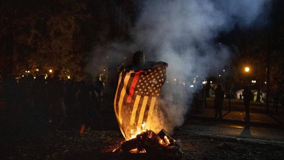 Manifestantes queimam bandeiras em portland em tensa noite eleitoral
