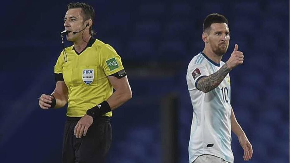 Messi perde a paciência com árbitro brasileiro após gol anulado: 'Errou 2  vezes'