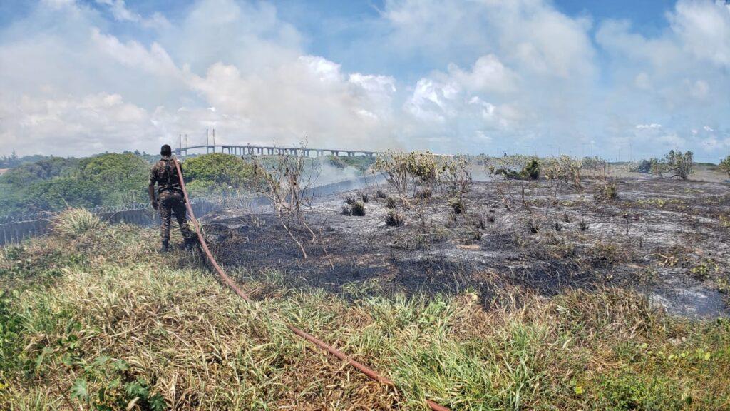 Bombeiros tentam conter incêndio próximo a ponte newton navarro; veja vÍdeo