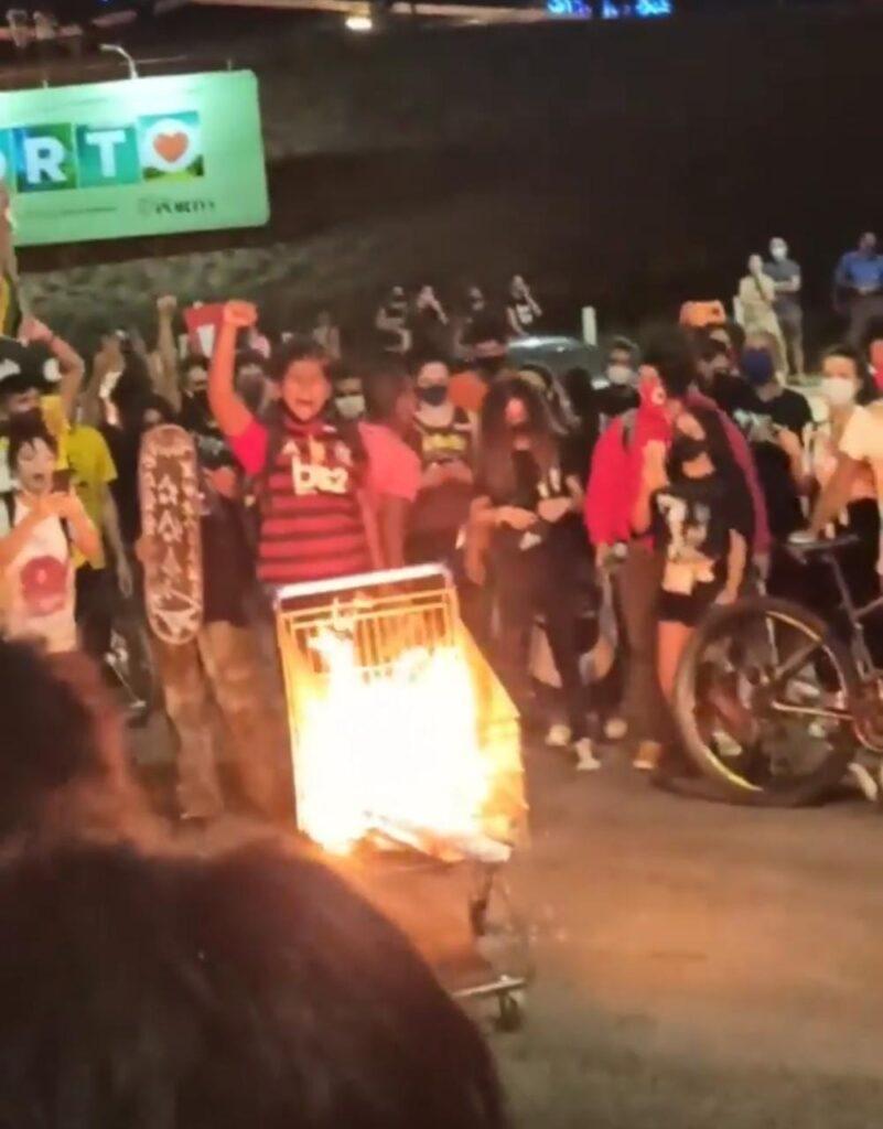 Manifestantes antirracismo fazem protesto no carrefour em natal; supermercado fecha acesso