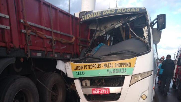 Acidente entre alternativo e caminhão deixa 3 feridos na zona norte de natal