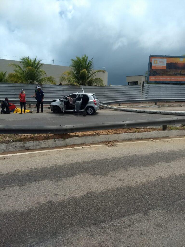Carro bate em poste e outro veículo tomba após derrapar na via costeira, em natal