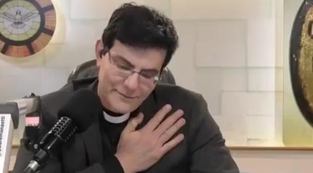 Menina de 10 anos emociona padre reginaldo manzotti ao revelar que sua mãe usa drogas e se prostitui  em natal rn; veja vÍdeo