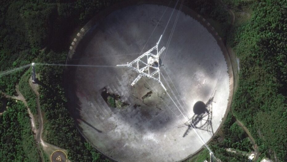 Telescópio que aparece em filme de james bond desmorona em porto rico