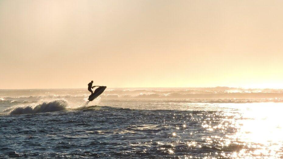 Homem pega moto aquática, atravessa o mar para ver namorada e acaba preso; saiba motivo