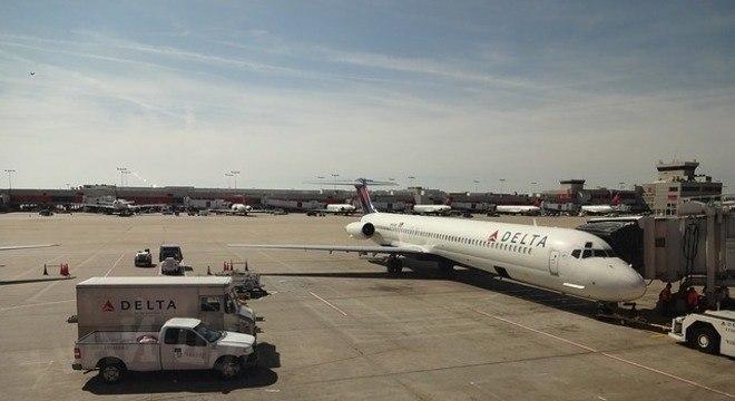 Passageiros forçam porta e abandonam voo antes da decolagem; saiba motivo