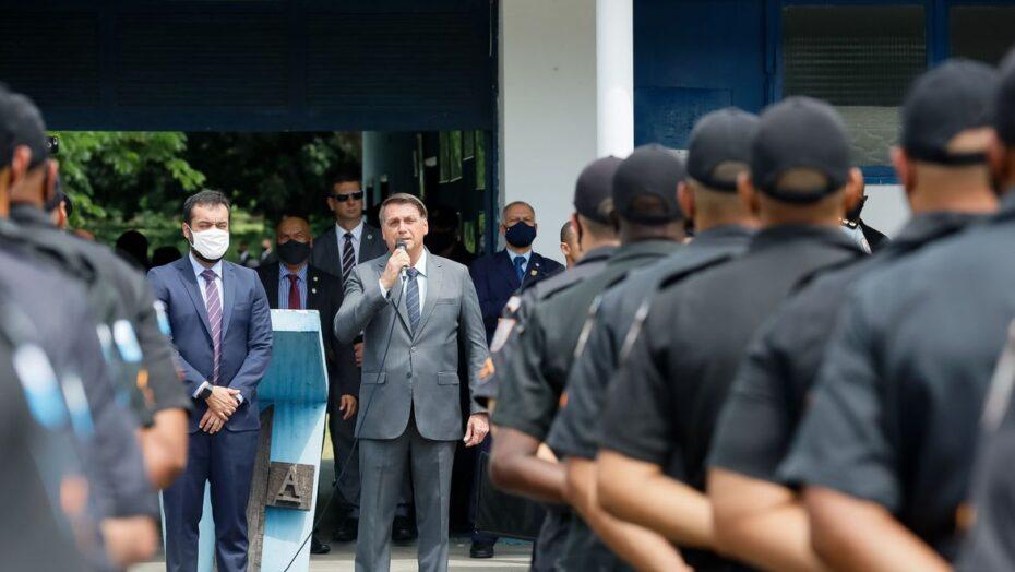 Bolsonaro instiga policiais contra a imprensa: 'sempre estará contra vocês', diz