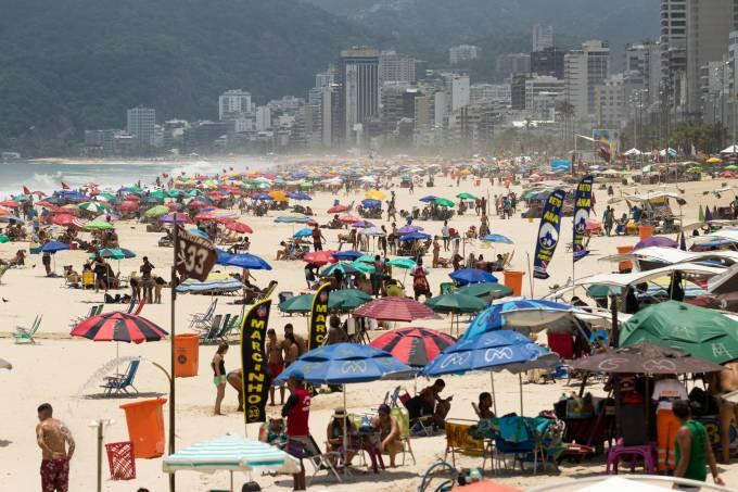 Cariocas voltam às praias apesar de alta de casos de covid-19