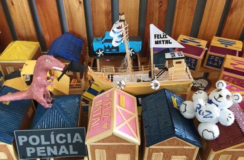Filhos de internos de alcaçuz recebem brinquedos feitos no presídio