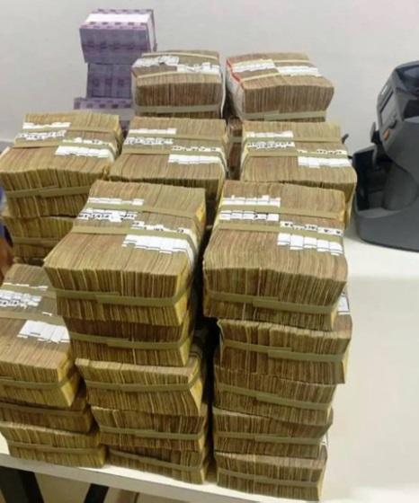 Quatro pessoas são presas por furto de cédulas deixadas por bandidos após assalto em santa catarina