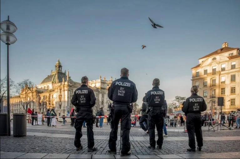 Ela denunciou uma ameaça neonazista. mas os neonazistas estavam dentro da polícia