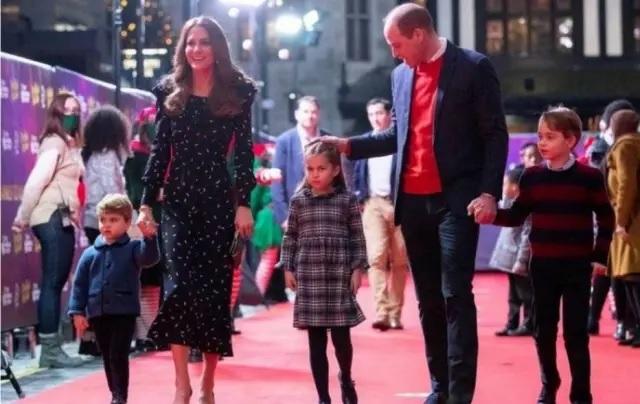 Realeza britânica escolhe fotos de família feliz para seus cartões de natal