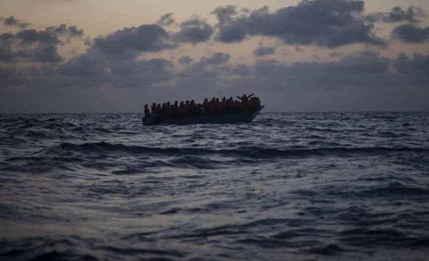 Barco de imigrantes afunda na costa da tunísia e deixa mortos