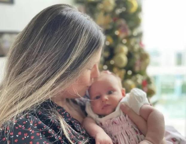 Daiana garbin e tiago leifert mostram rosto da filha pela primeira vez