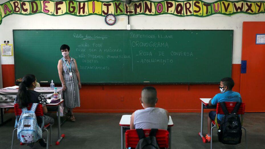 Bolsonaro sanciona lei que regulamenta repasses do novo fundeb