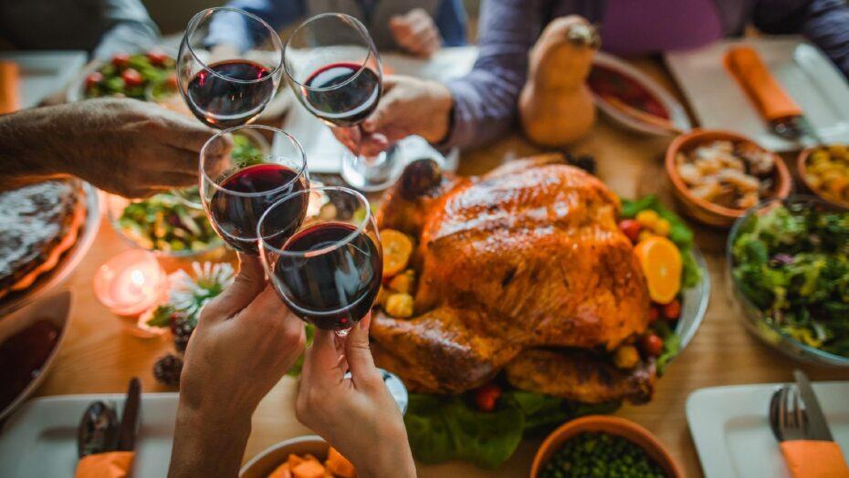 Perfil mais jovem de infectados traz riscos a idosos em festas de fim de ano, diz ufrn